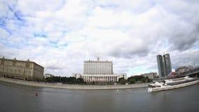 Huset av den regerings- från den ryska federationen (Vita Huset) och Moskva flodinvallningen stock video
