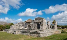 Huset av kolonner med delvis molnig himmel på forntida Mayan fördärvar av Tulum i Mexic arkivbilder