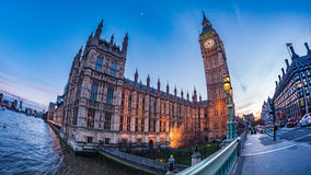 Huset av parlamentet och Big Ben i London på solnedgången Arkivbild