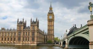 Huset av parlamentet och Big Ben vid den Westminster bron i London Fotografering för Bildbyråer