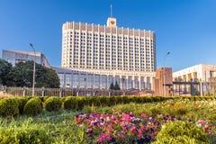 Huset av regeringen av rysk federation är det skriftligt på fasaden, Moskva, Ryssland royaltyfria bilder