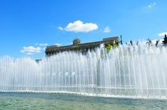Huset av sovjet och sjungande springbrunnar på förgrunden i St Petersburg, Ryssland arkivbild