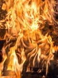 Huset bränner arkivbild