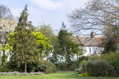 Huset bredvid parkerar Bostads- l?genheter i ett bra omr?de Blomstrande omr?de f?r att inhysa royaltyfri foto