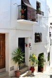 Huset dekorerade med växter i Frigiliana, den spanska vita byn Andalusia Royaltyfri Fotografi