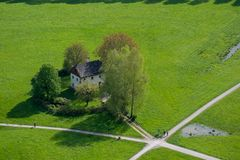 Huset för den flyg- sikten på gräsmatta lokaliseras på tvärgatorna i Salzbu arkivfoton