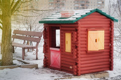 Huset för småbarn` s är på gatan som täckas med snö, winte Royaltyfria Foton