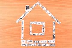 Huset gjorde ââof den paper FÖRSÄLJNINGEN Arkivbild