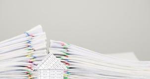 Huset har dokumentet för suddighetshögöverbelastning av kvittotidschackningsperioden arkivfilmer