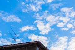 Huset har en härlig himmelbakgrundsantenn Royaltyfri Foto