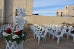 Huset himmel, blommor, vit plast- - planlägg för ett utomhus- bröllop Arkivfoto