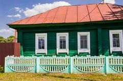 Huset i byn med vita windos arkivbild