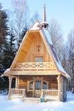 Huset i vinterträt Arkivbild