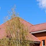 Huset med ett tak av klassiska tegelplattor royaltyfri foto