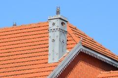Huset med ett tak av tegelplattor royaltyfri fotografi