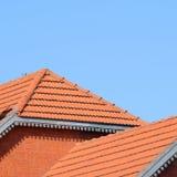 Huset med ett tak av tegelplattor arkivfoton