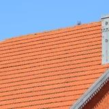 Huset med ett tak av tegelplattor arkivbilder