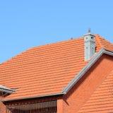 Huset med ett tak av tegelplattor arkivfoto