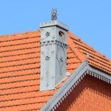 Huset med ett tak av tegelplattor royaltyfri bild