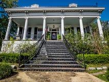 Huset med järn arbetar trappa i uptownen New Orleans USA Arkivfoton