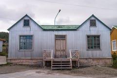 Huset med korrugerat belägger med metall väggen Royaltyfri Foto