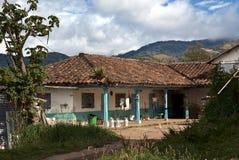 Huset med mjölkar kantin i landsbygd royaltyfri bild