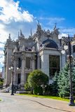 Huset med skenbilder av arkitekten i staden av Kiev Ukraina Kiev 06 11 2018 royaltyfri bild