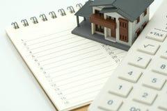Huset modellerar och utrustningmodeller som förläggas på en reparation och en konstruktion för hem för bokranglista använda som d arkivfoton