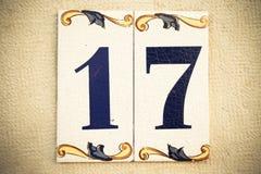 Huset nummer sjutton på den traditionella portugisen glasade tegelplattan royaltyfri fotografi