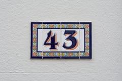 Huset nummer 43 undertecknar in keramiska tegelplattor Royaltyfria Bilder