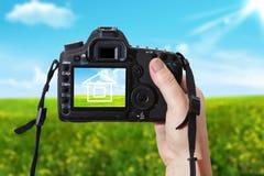 Huset och den digitala fotografiska kameran Arkivfoton