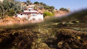 Huset och undervattens- vaggar Arkivfoto