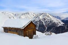 Huset på berg - skida semesterorten Solden Österrike Royaltyfri Fotografi