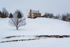 Huset på en snö täckte kullen, i en landsbygd av Carroll County, Arkivbild
