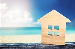 Huset på havet, semesterortfastigheten, den sandiga stranden, semestern, varma länder som är varma turnerar, havs- och havkusten, Arkivfoto