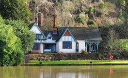 Huset på packar ihop av floden Thames Arkivfoto
