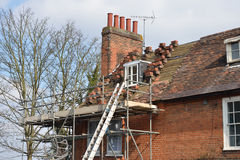 Huset Roof som väntar på, reparerar royaltyfria bilder