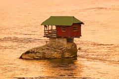 Huset vaggar på ön i floden Drina - Serbien royaltyfria bilder