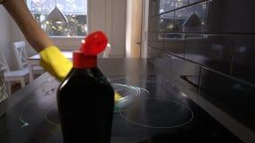 Husewife limpa a superfície da placa com um detergente especial Zorra, movimento lento video estoque