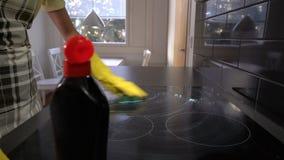 Husewife säubert die Oberfläche der Platte mit einem speziellen Reinigungsmittel transportwagen stock video