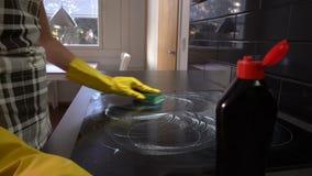 Husewife säubert die Oberfläche der Platte mit einem speziellen Reinigungsmittel Transportwagen, Zeitlupe stock video footage