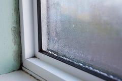 Husfönster med fukt och kondensation royaltyfria bilder