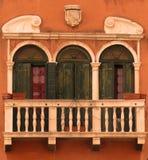 Husfönster, Venedig, Italien Arkivfoton