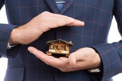 Husförsäkringbegrepp med medelhänder royaltyfri foto