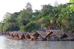 Husfartyg på sjön med träd som tillbaka malde Royaltyfria Foton
