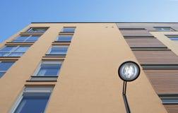 Husfasad i betong med blå himmel arkivfoton