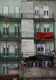 Husfasad med röda torkdukar Royaltyfri Fotografi