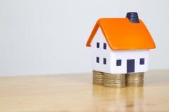 Husfundament som göras från brittiska mynt Royaltyfria Foton