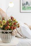 Husgarnering specificerar den vita korgen med blommor Arkivbilder