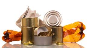 Hushållavfalls: isolerade plast-flaskor, tenn- cans, papp och kork Royaltyfri Fotografi